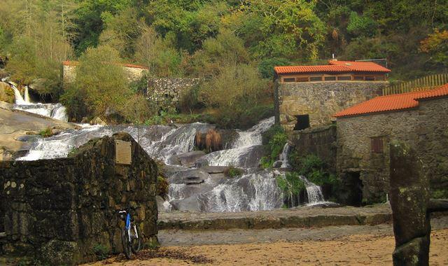 Molinos y cascada A Barosa - 1hora